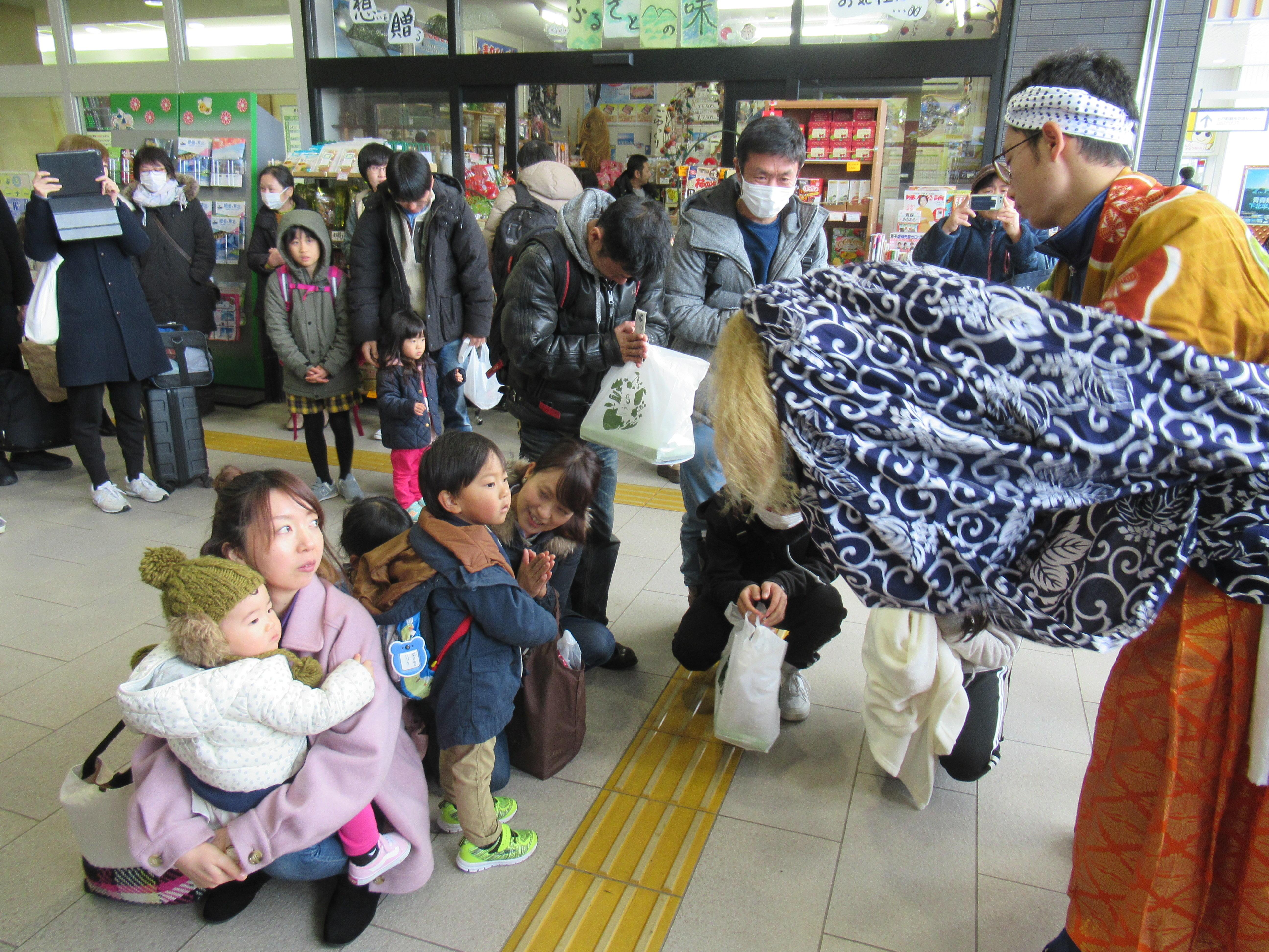 七戸十和田駅で伝統の舞を披露のイメージ